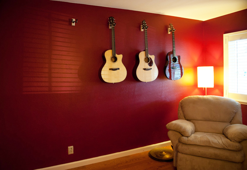 02-red-wall-room-difficult-light